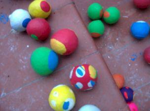 los materiales por cada pelota serán tres globos medio vaso de arroz