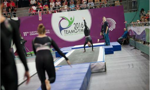 Figura 2. Equipe finlandesa feminina adulta na prova de Tumble no XI Campeonato Europeu de TeamGym